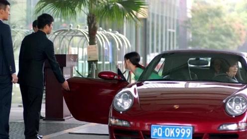 樊胜美坐安迪百万保时捷去参加同学会,一出场瞬间把前男友看呆了!