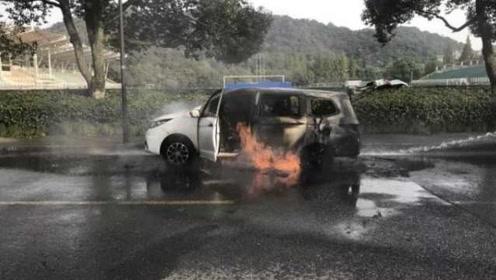 杭州一新能源面包车显示电瓶故障,学生下车1分钟后冒烟起火