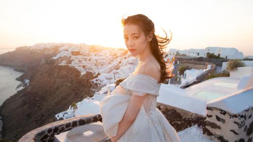 迪丽热巴穿婚纱拍大片 夕阳下香肩半露笑容甜美