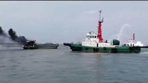 """广西钦州港船舶起火浓烟冲天 3艘灭火船紧急出动喷""""水龙""""救援"""
