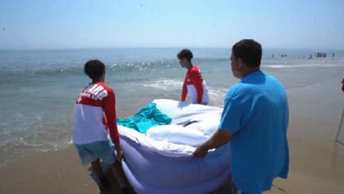 父子三人恶搞妈妈,将熟睡老妈放入大海,网友:欠收拾呀!