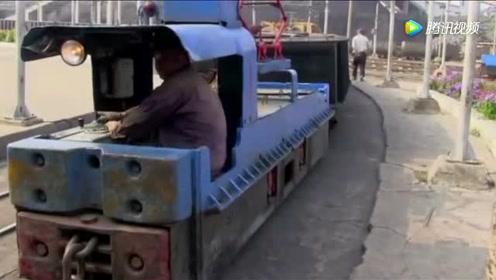 国内最小电力火车头,双手把腿抱上车,驾驶室只容得下一人