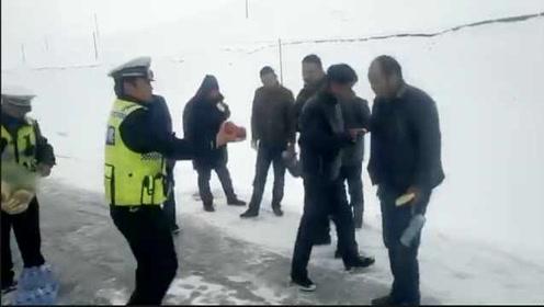 暖心!青海大雪封山司机被困,交警免费送馍馍热水