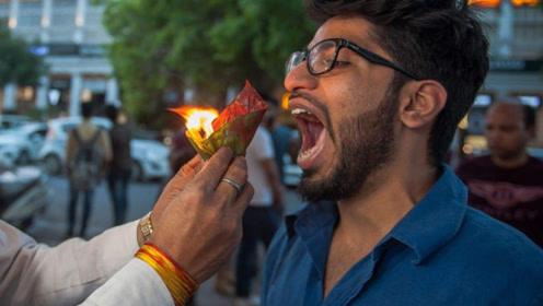 """印度奇葩小吃""""火槟榔"""",冒着火直接往嘴里塞,看完你敢试试吗?"""