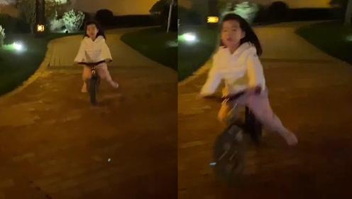 章子怡晒女儿骑自行车视频,网友惊呆:当成飞机开了