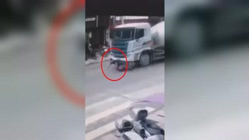 惊险!男子骑摩托车与水泥罐车碰撞,神操作车轮下捡回一命