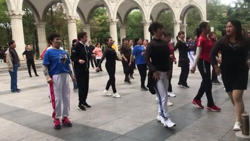 最近很火的鬼步舞,每天早上跳20分钟,全民健身减肥