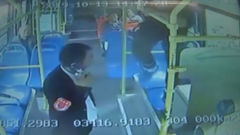 暴脾气?私家车剐蹭公交车 车主用石头砸车窗 还翻进去飞踹司机