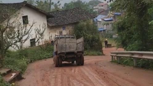 农村拖拉机漂移,空车不怕,载货的话就危险了