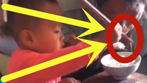 """2岁幼童刚学会用筷子,就给爷爷加了筷肉,""""隔辈亲""""体现的淋漓尽致!"""