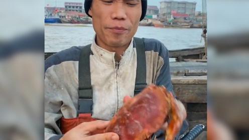 渔民大哥也不傻乎乎的了,别人头开面包蟹,他用工具开!