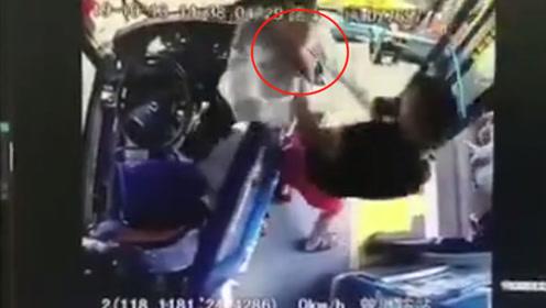 乘公交刷卡起冲突,男子暴打女司机致头部骨折 已被行拘10日