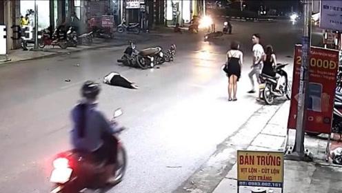 """男子一个人完成""""双杀"""",将两个女孩吓坏了,监控拍下全过程!"""