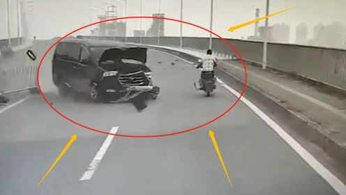 司机弯道走神,冲破护栏撞上道牙,摩托车晚一步就被碾压,监控记录惊险瞬间