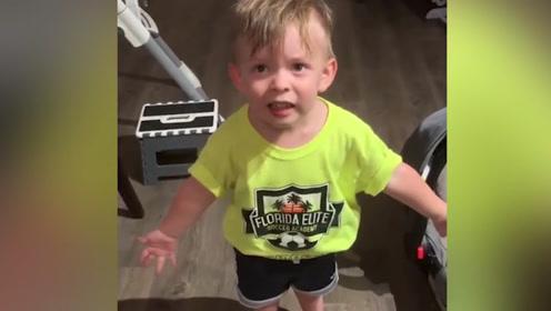 """宝宝不开心 两岁小男孩未得到妈妈吻别表示""""极度不满"""""""