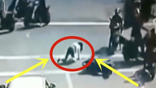 美女当街双膝跪地,若不是监控,谁能知道她遭受了什么!