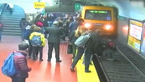 惊魂一刻!男子昏倒将女子撞入地铁轨道,整个地铁站人挥手叫停列车