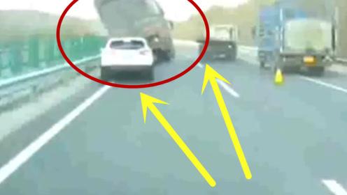 大货车高速上强行加塞,结果一个漂移,终于翻车成功了!