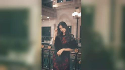 站在夜上海街头的姑娘背影太迷人了,转身间的笑容让人顷刻一见钟情!
