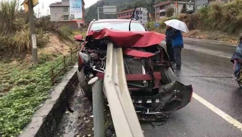 """惨痛!湖南隆回一小车发生车祸,公路护栏""""穿""""进车身"""