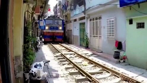 从卧室伸手摸到火车!越南河内火车街,白天横板