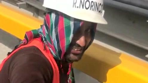 和巴基斯坦人一起工作,这边天气太热了,给巴铁兄弟买点水喝!
