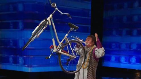 中国大叔上达人秀,出场就被灭灯?用牙抬自行车后,全场起身鼓掌