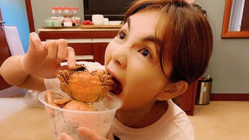 又到吃大闸蟹的季节!Ella结束工作吃蟹表情夸张
