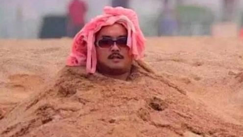为何在海边玩耍时,千万不要把身体埋进沙子里?得知缘由一阵害怕
