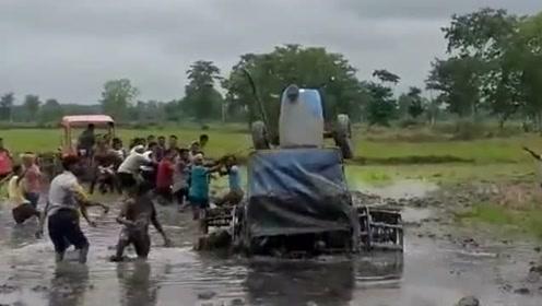 拖拉机在稻田中翻了,农民被卡在了淤泥中!