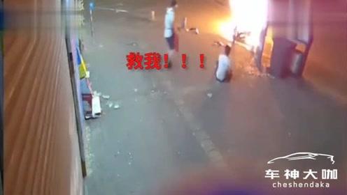 鬼火少年凌晨飙车,结果撞到杆子起火,躺地嘶吼