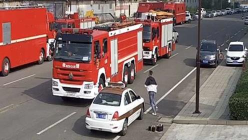 消防员提蛋糕给女友庆生,遇火情跳上消防车就走