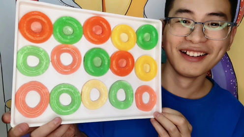 """眼镜哥吃""""甜甜圈果冻"""",五颜六色亮晶晶,大口吃得超满足"""