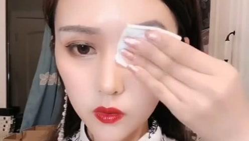 美女姐姐镜头前卸妆,揭下假脸皮,撕下假睫毛,她还会好看吗?