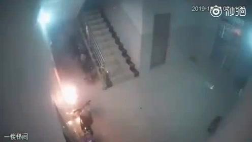 电动车出租屋内充电突然爆炸,三声巨响后大火吞噬车身