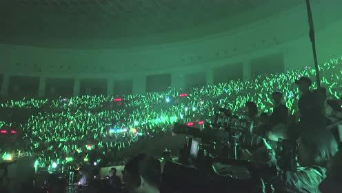 """许魏洲""""白色时区""""北京演唱会,与粉丝大合唱《慢慢的》也太好听了"""