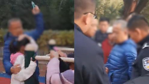 老人持钳子公园里砸伤多名小孩和家长 人群四散奔逃大喊:抓住他!