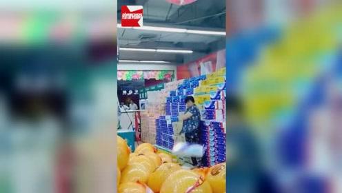长春大妈大闹华联超市,疯狂乱扔卫生纸不停喊叫,无人制止