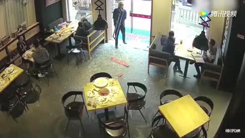 外卖哥刚推开门玻璃却碎成渣 手拿门把一脸迷茫!