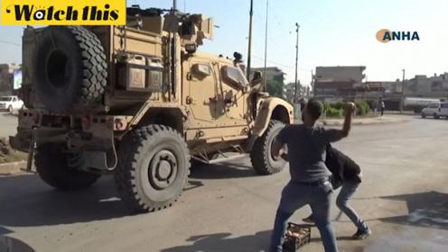 愤怒叙利亚居民向美军车辆扔石头:快滚 你们这些美国骗子