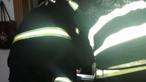 老人深夜掉落阳台被卡雨棚上,消防敲门时家人还浑然不知!