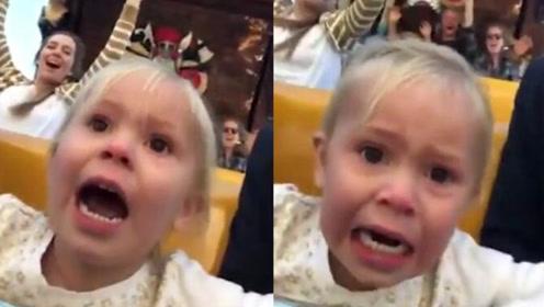 可爱 小女孩第一次坐过海盗船表情变化丰富