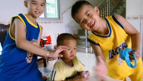 三兄弟一起玩起泡胶,小弟弟却大喊妈妈不能玩手机,太萌了