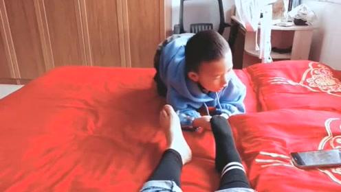 """宝宝被小姨带立马成""""童工"""",小姨的袜子不好脱吗?"""