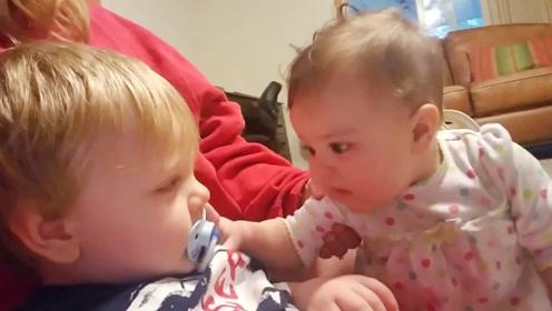 看到哥哥有奶嘴,妹妹直接抢了过去,这也太调皮了!