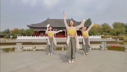 小姐姐们风景区舞一曲唯美的古风《慕夏》,媚而不俗!