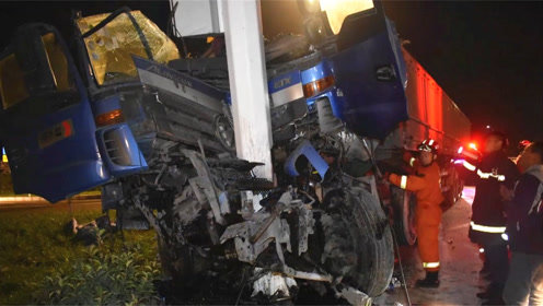 车被撞废!山东一货车撞了限高杆想跑,下一秒又撞到灯杆上