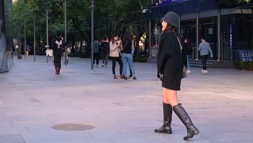 三里屯街拍:秋入尾声冬未到来,正是人们穿搭缤纷灿烂最美时