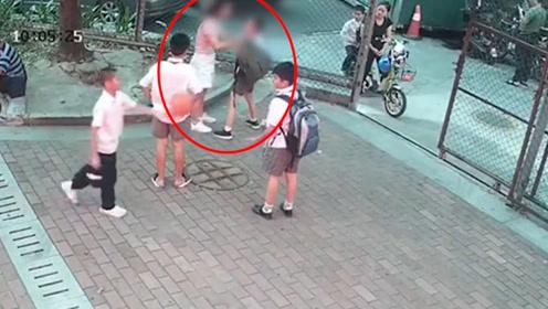 网传深圳一女子在篮球场上暴打小学生?原因让人惊愕