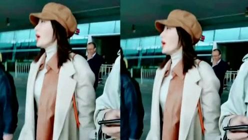 秦岚戴贝雷帽穿米色外套造型复古 红唇吸睛气质优越宛若画中人